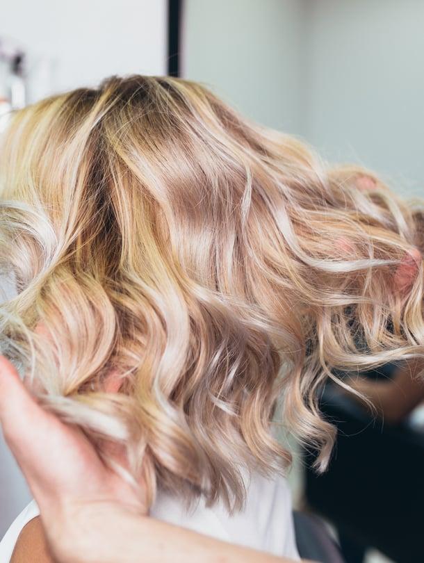 Miten hiukset saisi pysymään kauniin kiiltävinä vähemmällä värjäämisellä?