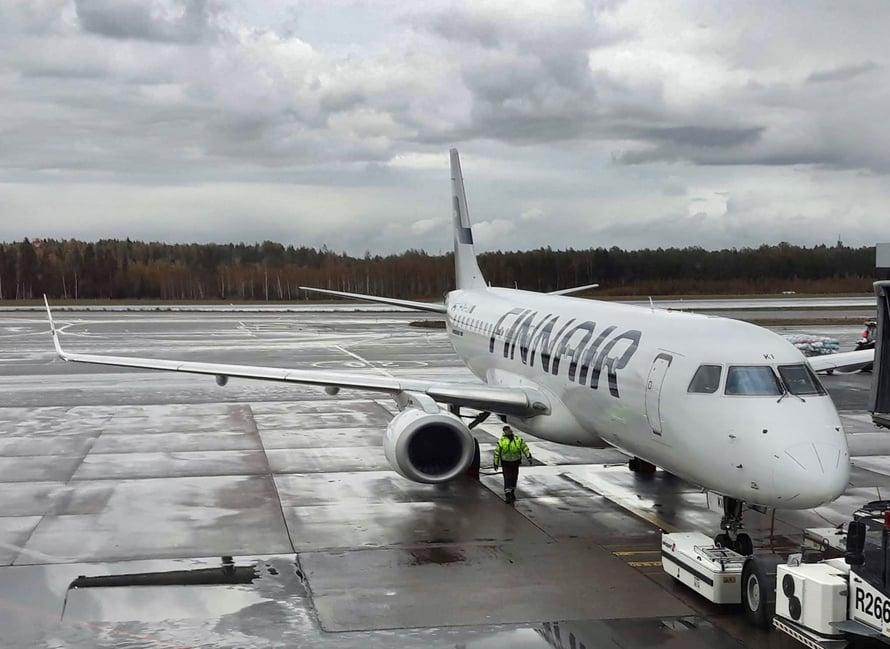 Finskin Embraer 190 tsekattu teknikon toimesta.