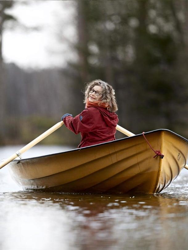 """Mirjami Linkolalla ei ole monia  onnellisia lapsuusmuistoja elämästä """"isän kalastajahuushollissa"""". Mutta kun isä ei enää jaksanut lähteä luontoon bongaamaan  lintuja, juuri Mirjami osasi keksiä  lohdutuksen."""