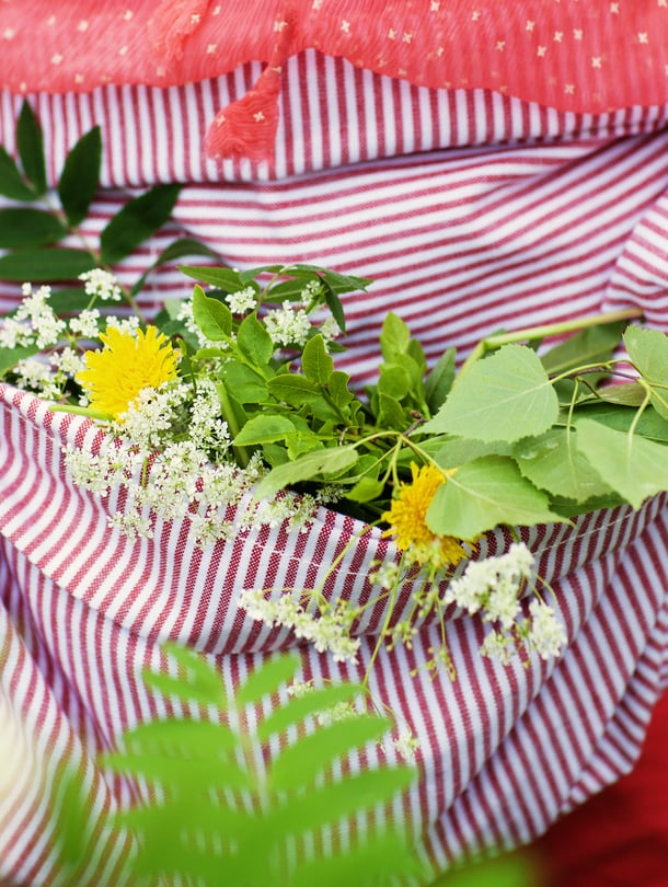 Tunnetuin juhannustaika on kerätä seitsemän kukkalajin kimppu ja asettaa se tyynyn alle. Unessa näet tulevan sulhon kuvan.