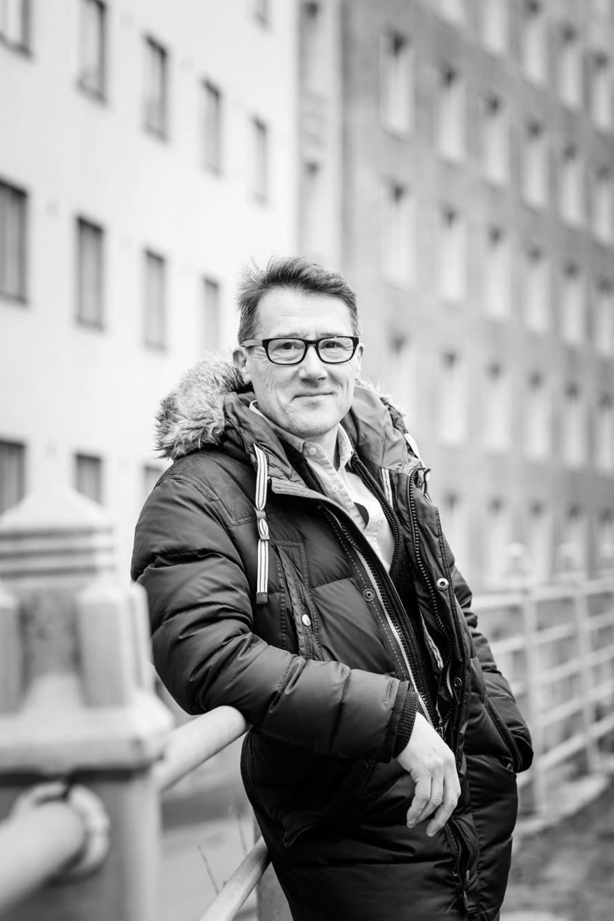 Dmitrij Tomnikov, 57, työskentelee Helsingissä huolinta-alalla. Venäjällä syntynyt Dmitrij muutti Suomeen 1980-luvulla rakastuttuaan suomalaiseen opiskelijaan. Parille syntyi kolme lasta, joista Alina on ensimmäinen. Liitto hajosi, mutta isän suhde lapsiin on säilynyt tiiviinä.
