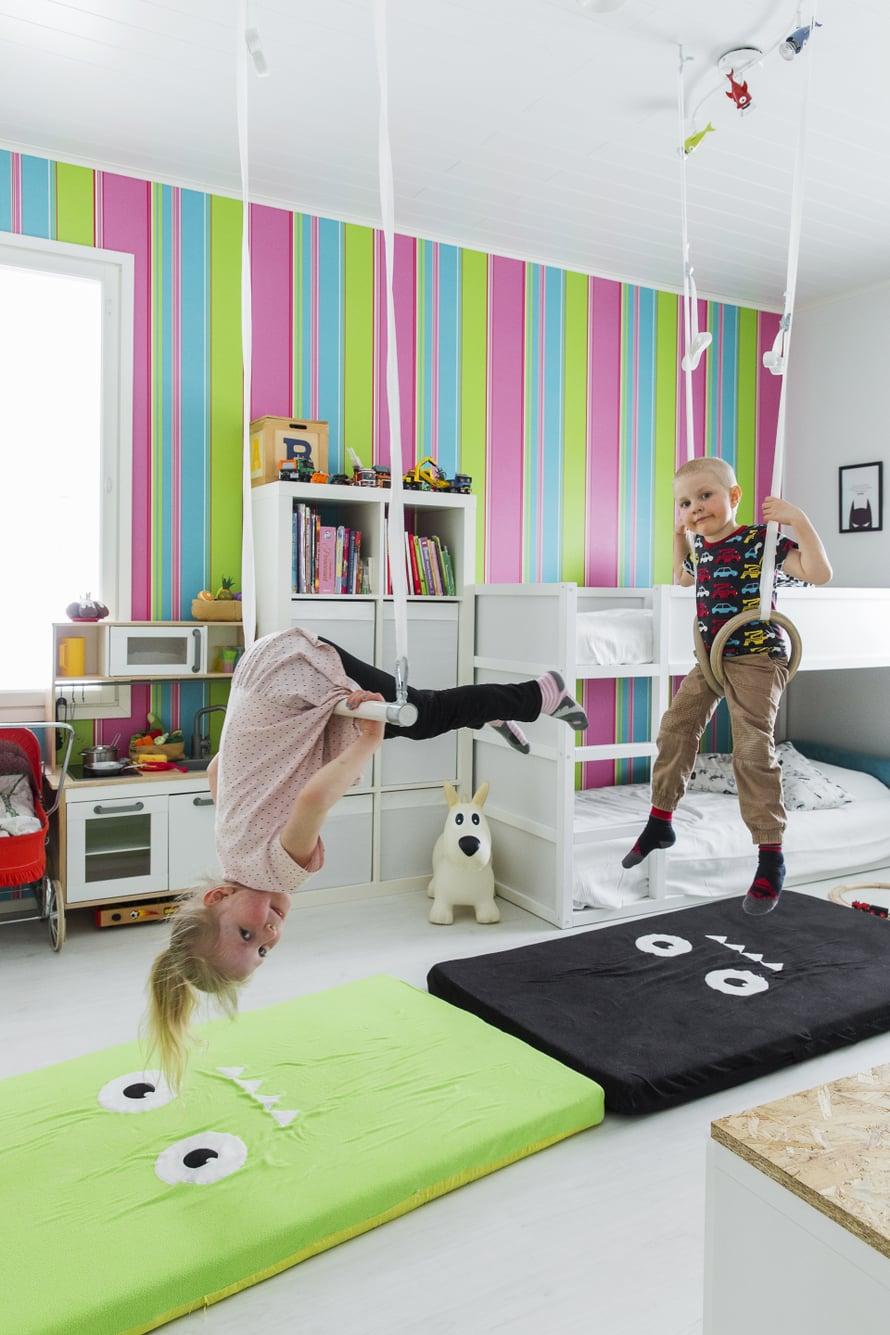 Patjat pehmentävät Meean ja Jooan volttinäytösten alastuloja. Lastenhuoneen sänky on Ikeasta.