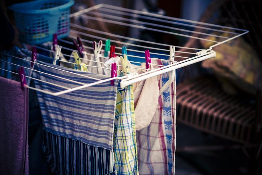 Pyykit tulee usein ripustettua rutiinilla kaikki samalla tavalla. Materiaalille kannattaisi antaa kuitenkin hiukan huomiota.
