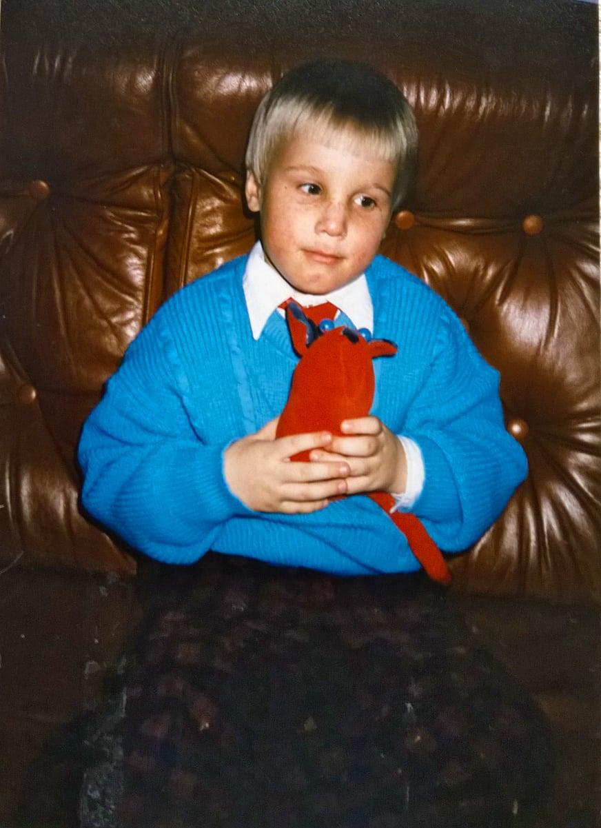 Kolmevuotias Toni ja pehmohiiri.