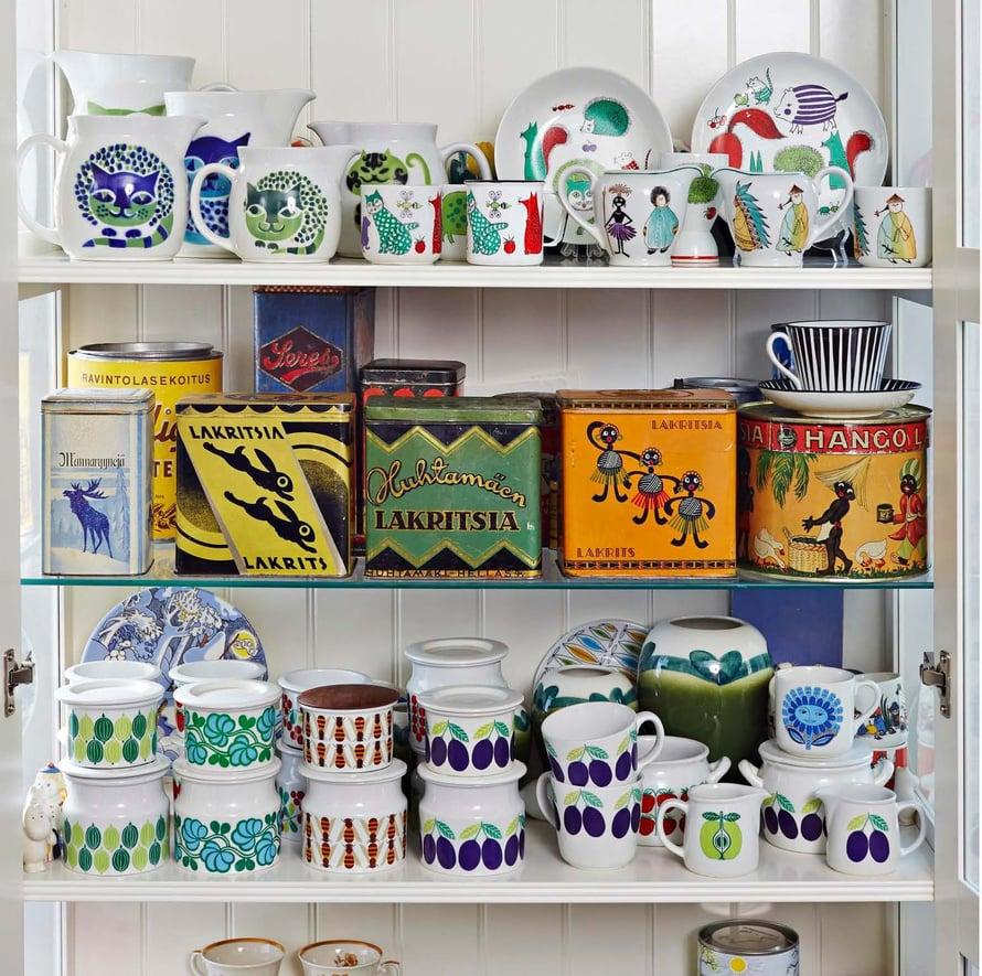 Hyllyt notkuvat 1920-luvun peltipurkkeja ja Arabian koristeltuja astioita 1950-70-luvuilta.