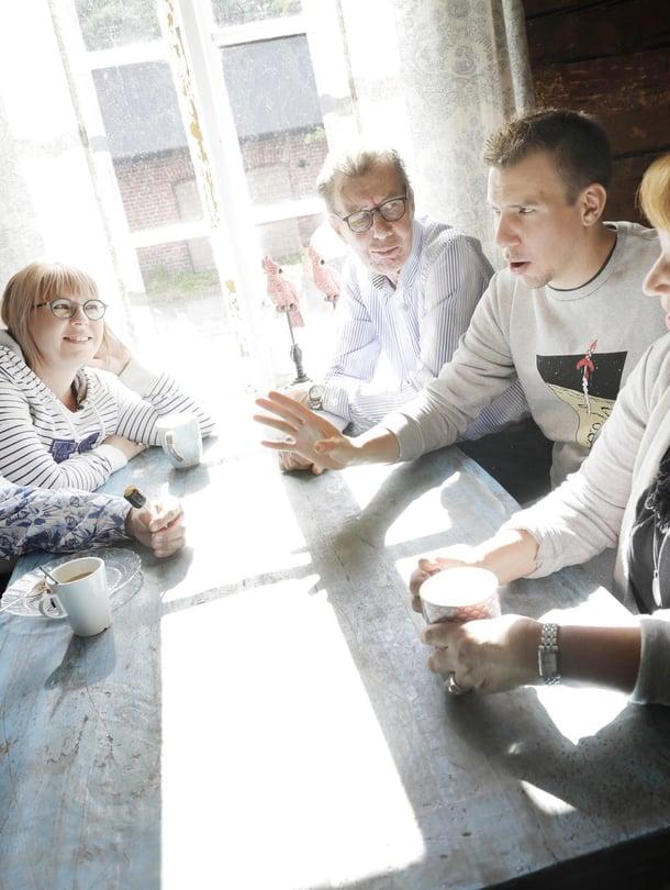 Janne Kataja, Aino-Kaisa Pekonen, Rauli Hirviniemi, Aku Hirviniemi ja Erja Hirviniemi taas kerran saman pöydän ääressä.
