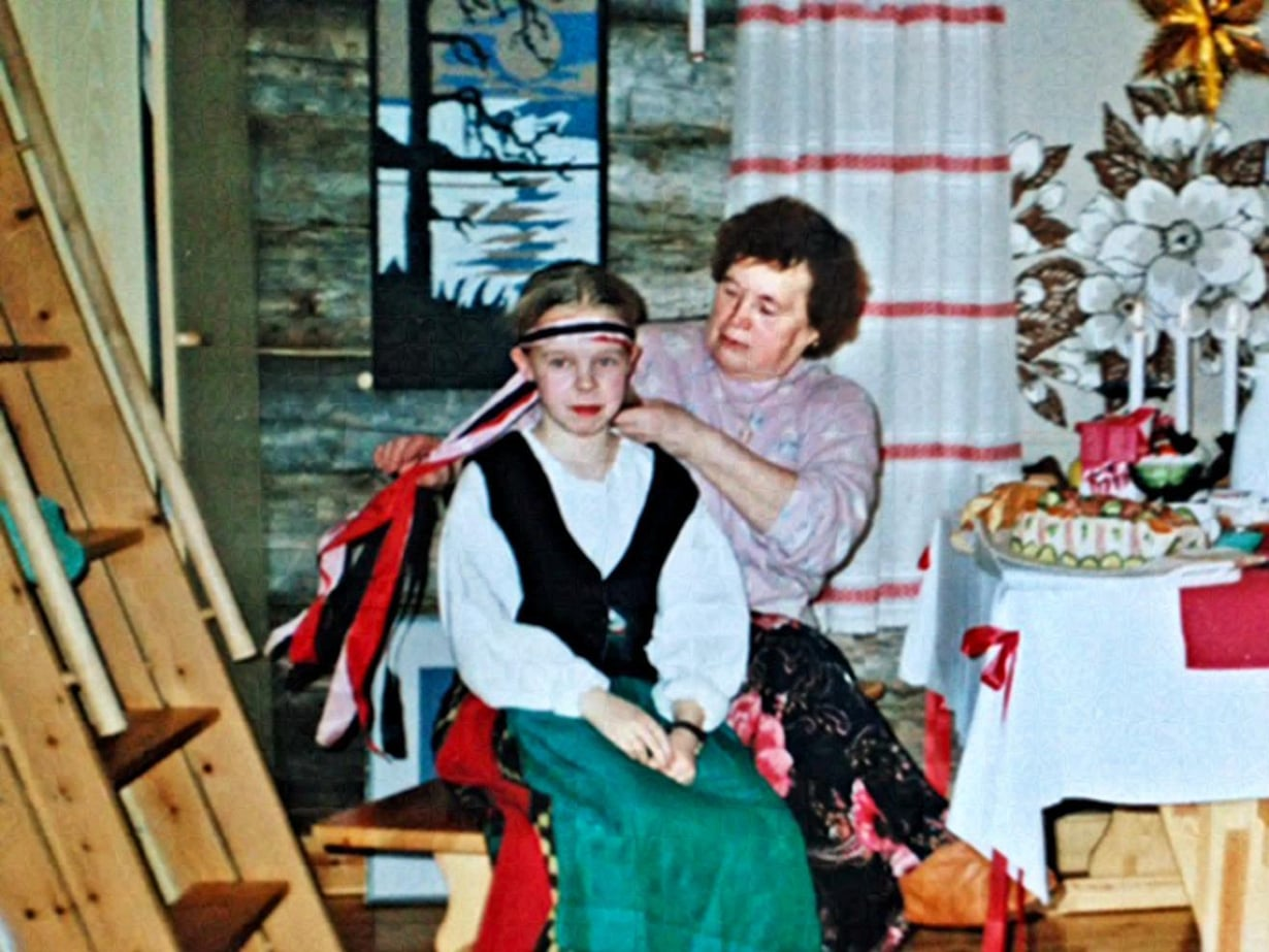 """""""Rovaniemen mummo opetti kalastamaan, leipomaan ja tekemään käsitöitä. Olen 12-vuotias, ja ylläni on toisen mummoni tekemä Keski-Pohjanmaan kansallispuku."""""""