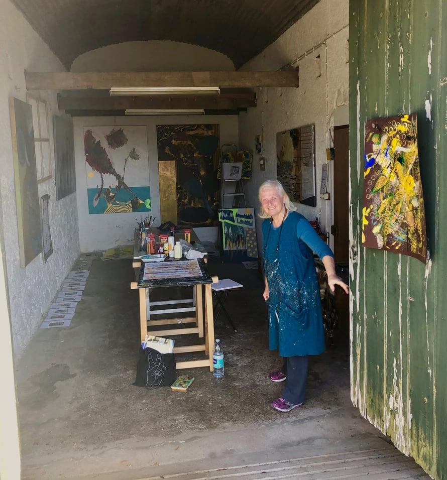 Bettinan työhuone Quinta Santa Luziassa. Seinillä on hänen töitään, lisäksi niitä on myynnissä muutamassa keskustan galleriassa.