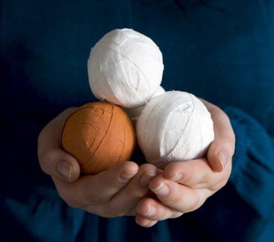 Kieputa valkoisten sekaan värikäs yllätyspallo!