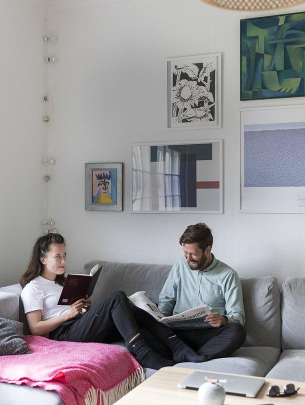 """""""Olohuoneen sohva on yhteinen lempipaikkamme: luemme, poltamme takassa tulta ja juttelemme"""", kertovat Jonas ja Elsa."""