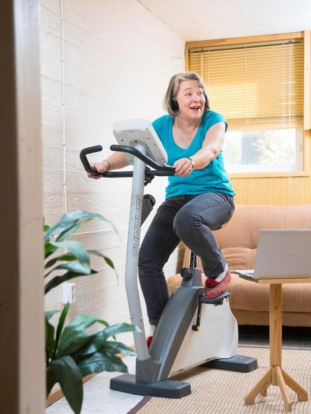Anna-Liisa tekee kotonaan tilastohaastatteluja. Liikunnan harrastaminen virkistää mieltä.
