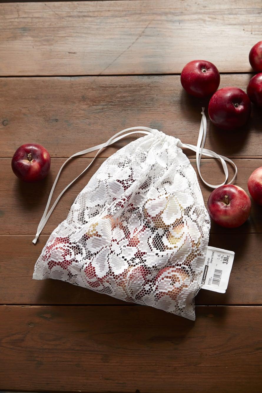 Valoverhot sopivat hedelmäpussin materiaaliksi loistavasti, koska kangas on kevyttä ja läpikuultavaa. Jos haluat pusseista persoonalliset ja kauniit, valitse pussin ideoijan Saara Kohtalon tapaan kukallinen pitsiverho.