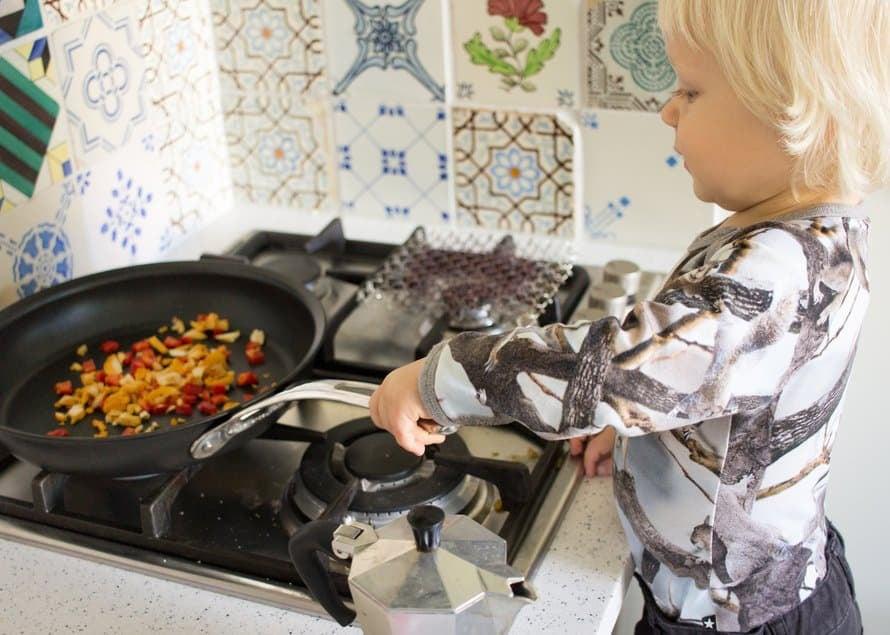 Tässä teille lukijat taas yksi mun keittiön kreiseimpiä arkiruokia – tällä kertaa sain ekstrailoa siitä, että pystyin jakamaan tämän kokkaushetken Alfin kanssa.