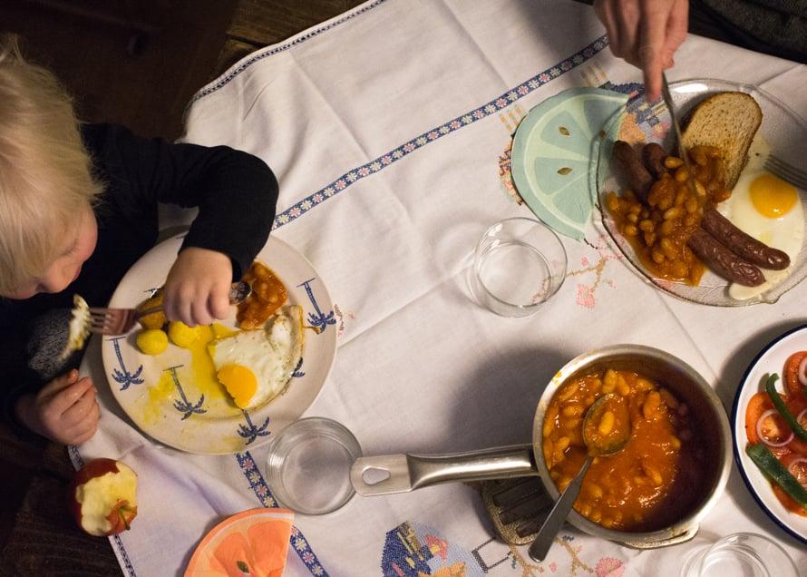 Kun papumuhennos oli tehty edellisenä päivänä valmiiksi, tämän illallisen valmistamiseen meni 15 minuuttia. Tarjolla oli papumuhennosta, makkaraa ja paistettuja kananmunia. Lapsella lisäksi puoliksi syöty omena sekä pakastimesta uuniin heitetyt kalapuikot (jotka eivät maistuneetkaan) sekä pariisinperunat. Salaattina hätäisesti lautaselle pilkottuja vihanneksia.