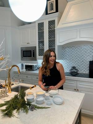 Katerina Jokinen on kokannut pelionnea tuottavaa kanapastaa 13 eri kodissa, myös nykyisessä kotikeittiössään Floridan Parklandissa. Kuvassa tekeillä on jälkiruoka eli kreikkalaiset keksit.