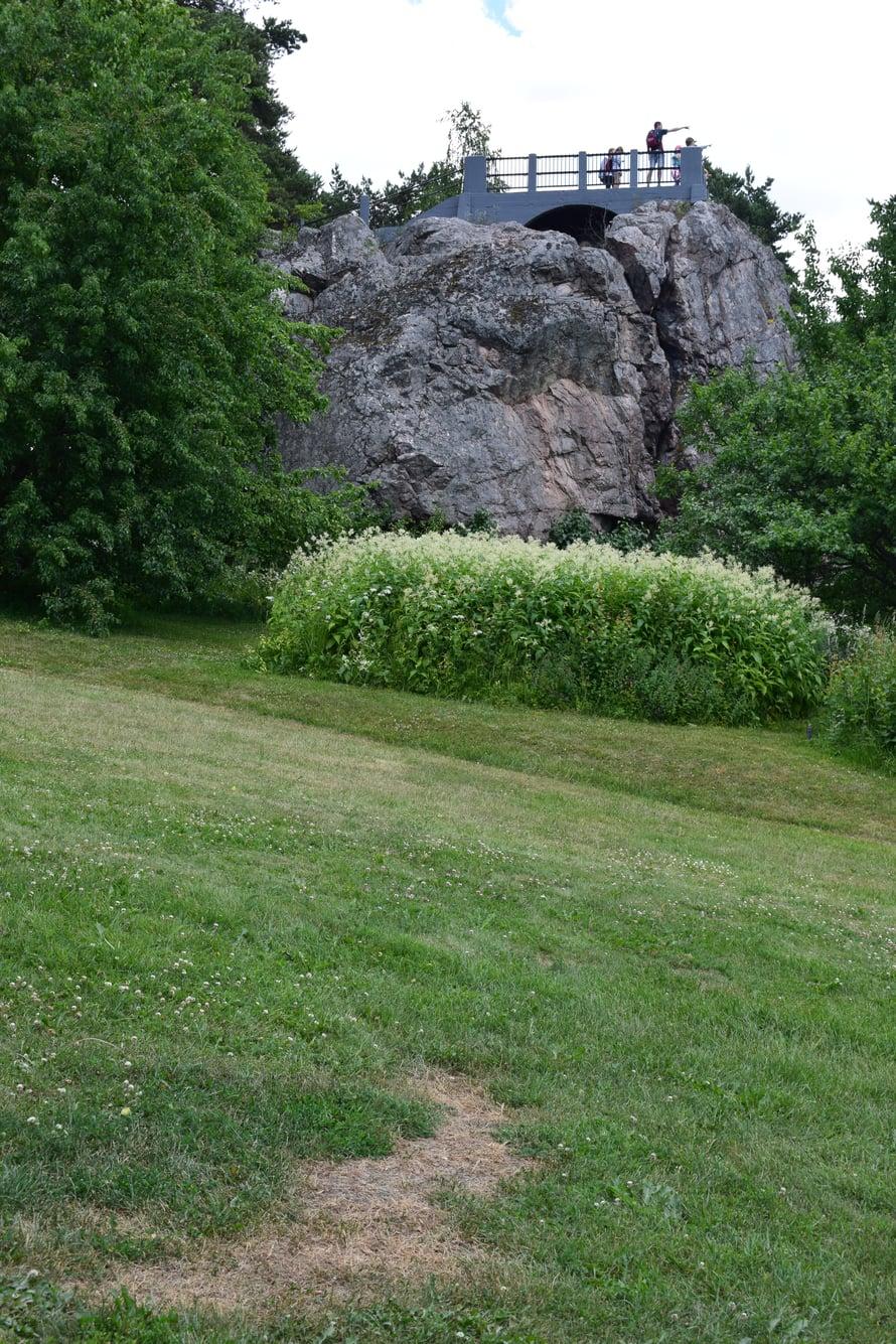 Tän kiven on kuulemma jättiläinen heittänyt tähän joskus.