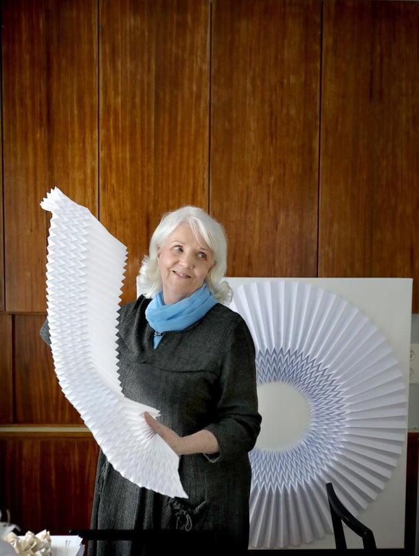 Ylivieskalainen Sirkka Huttunen on itse oppinut origamitaitaja. Suuresta paperiviuhkasta syntyy Sirkan käsissä ympyränmuotoinen origami.