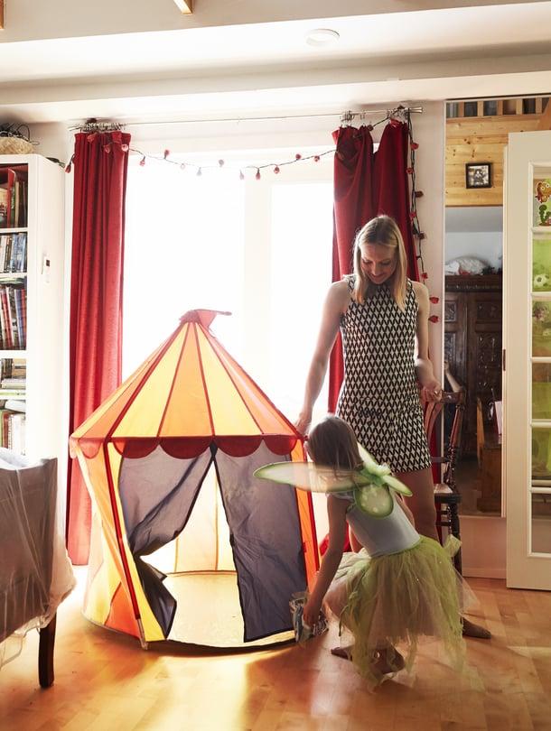 Voimistelua ja luistelua harrastava Saaga järjestää mielellään sirkusesityksiä äidilleen Pauliinalle.