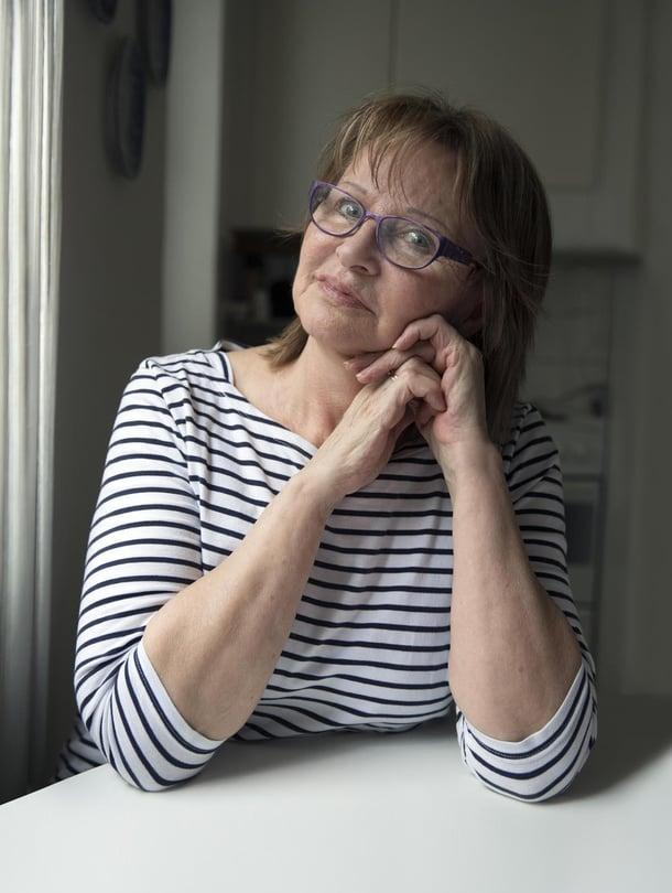 """""""En tunne enää ulkopuolisuutta. Rakastan elämää kerta kaikkiaan"""", Pirjo Lehvonen sanoo.  Pirjo, 70 asuu Tukholmassa. Perheeseen kuuluvat kolme poikaa ja yksi lapsenlapsi. Jos Pirjo kaipaa suomalaisia säveliä, hän kuuntelee Satumaa-tangon."""