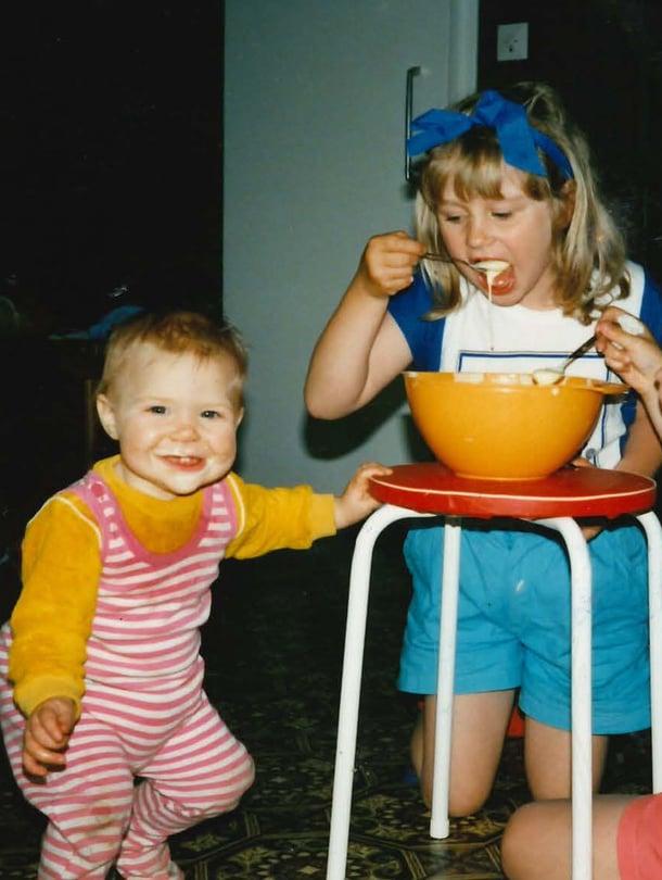 Äiti teki usein kakkutaikinaa vähän enemmän kupin pohjalta kaapimiseksi. Kuvassa vasemmalta oikealle: Johanna, Reetta ja Saara.