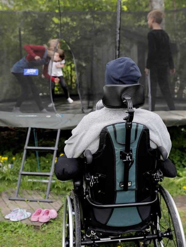"""Jari Mönkkönen on opettanut omille lapsille, mitä trampoliinilla saa ja mitä ei saa tehdä. """"Tiedän, että poikaporukassa pomppiessa meilläkin on silti tehty tyhmiä, vaarallisia juttuja."""""""