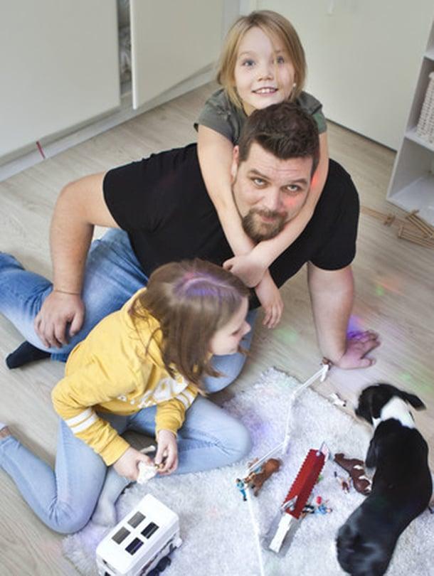 """""""Tärkeintä lasten kanssa on olla läsnä, kun vaikkapa tehdään läksyjä tai keskustellaan"""", Pepin, 7, ja Millin, 10, isä Mikko sanoo."""