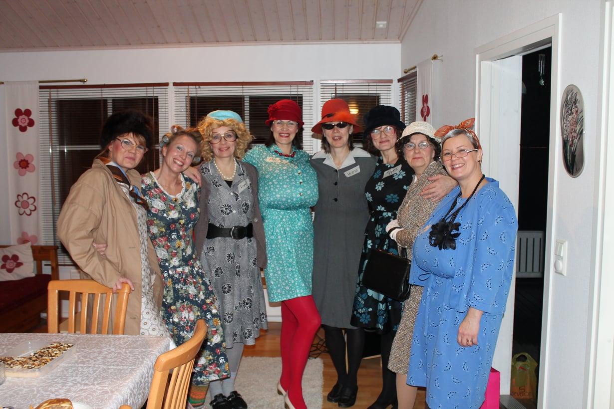 Juhlaväki vasemmalta oikealle: Naima, Esteri, Lyyli, Martta, Vieno, Tyyne, Lempi ja Impi. Kuvasta puuttuu Kaino.