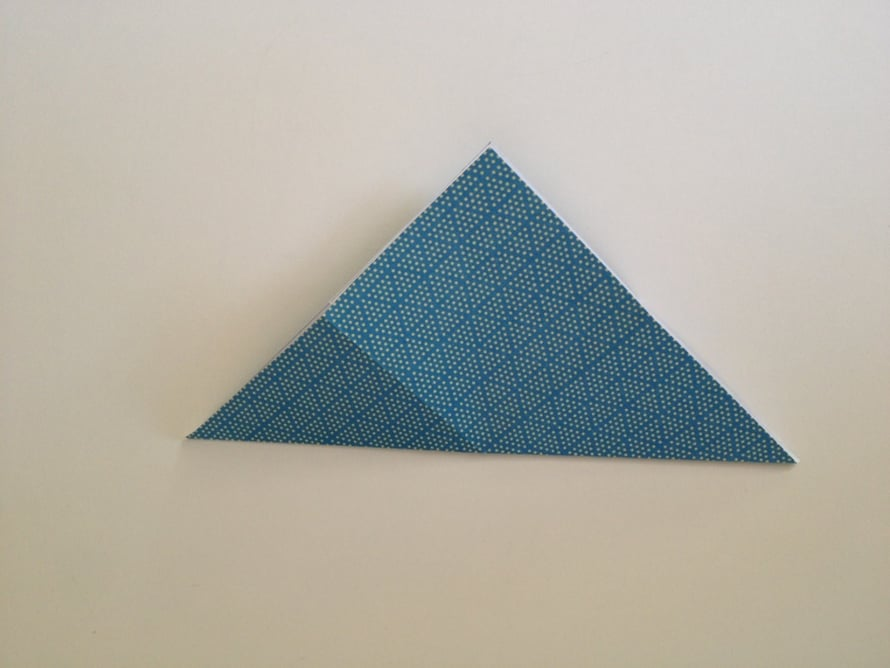 Taita neliö vinottain kulmasta kulmaan.