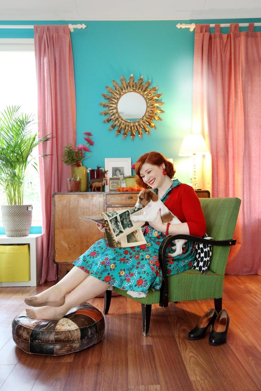 Annan asuissa ja kodissa on paljon vintage-vaikutteita. Korkokengät ovat 1940-luvulta ja mekko uustuotantoa Lindy Bop -nettikaupasta. Korvikset Luxulite ja vyötärölle päättyvä villatakki Doll Me Up. Koiranpentu Sulo osallistuu innokkaasti lehden lukuun.