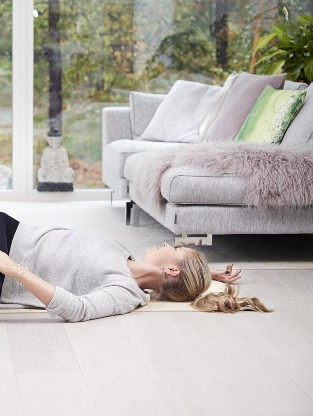 Helppoa kuin lattialla makaaminen! Venyttely ei vaadi paljon, etsi vain oikea asento!