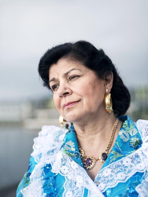 Lahdessa asuva laulaja Hilja Grönfors, 63, kerää ja esittää katoavia romanilauluja. Hän on opettanut romanimusiikkia Sibelius-Akatemiassa. Valtion taiteilijaeläkkeen hän sai vuonna 2014.