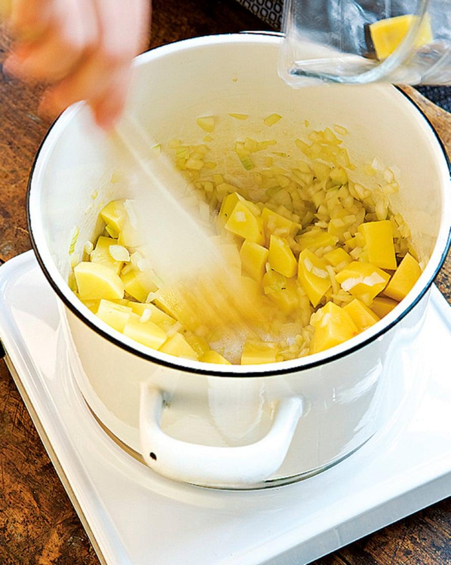 Sulata rasva kattilassa ja kuullota siinä sipulit ja perunat.