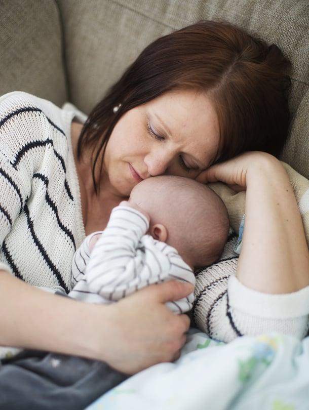 """""""Vauva on ehkä kokenut kohdussa, ettei häntä haluta. Yritän paikkailla sitä tunnetta"""", Mira sanoo."""