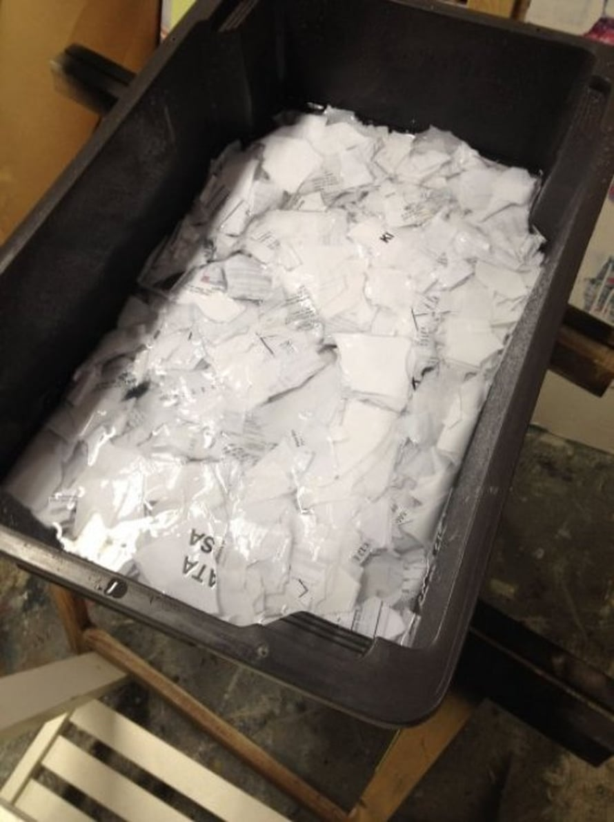 Tee paperia kylpyhuoneessa tai suojaa lattia hyvin vesiroiskeilta. Revi paperi suuren postimerkin kokoisiksi paloiksi. Lisää astiaan vettä, niin että silppu peittyy kauttaaltaan. On tärkeää, että paperi revitään, jotta paperikuitu pehmenee paremmin massaksi. Paperia ei tarvitse olla kovin paljon: pieni nippu riittää. Liota paperisilppua vedessä vähintään yön yli.
