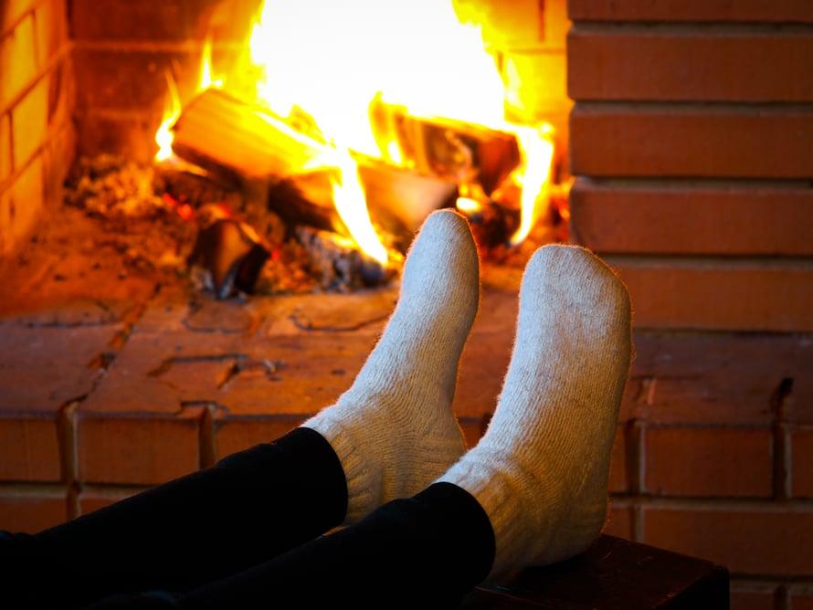 Kun varpaita palelee, ihan parasta on pujottaa ne tuttuihin villasukkiin. Mökillä sukille on paljon käyttöä.