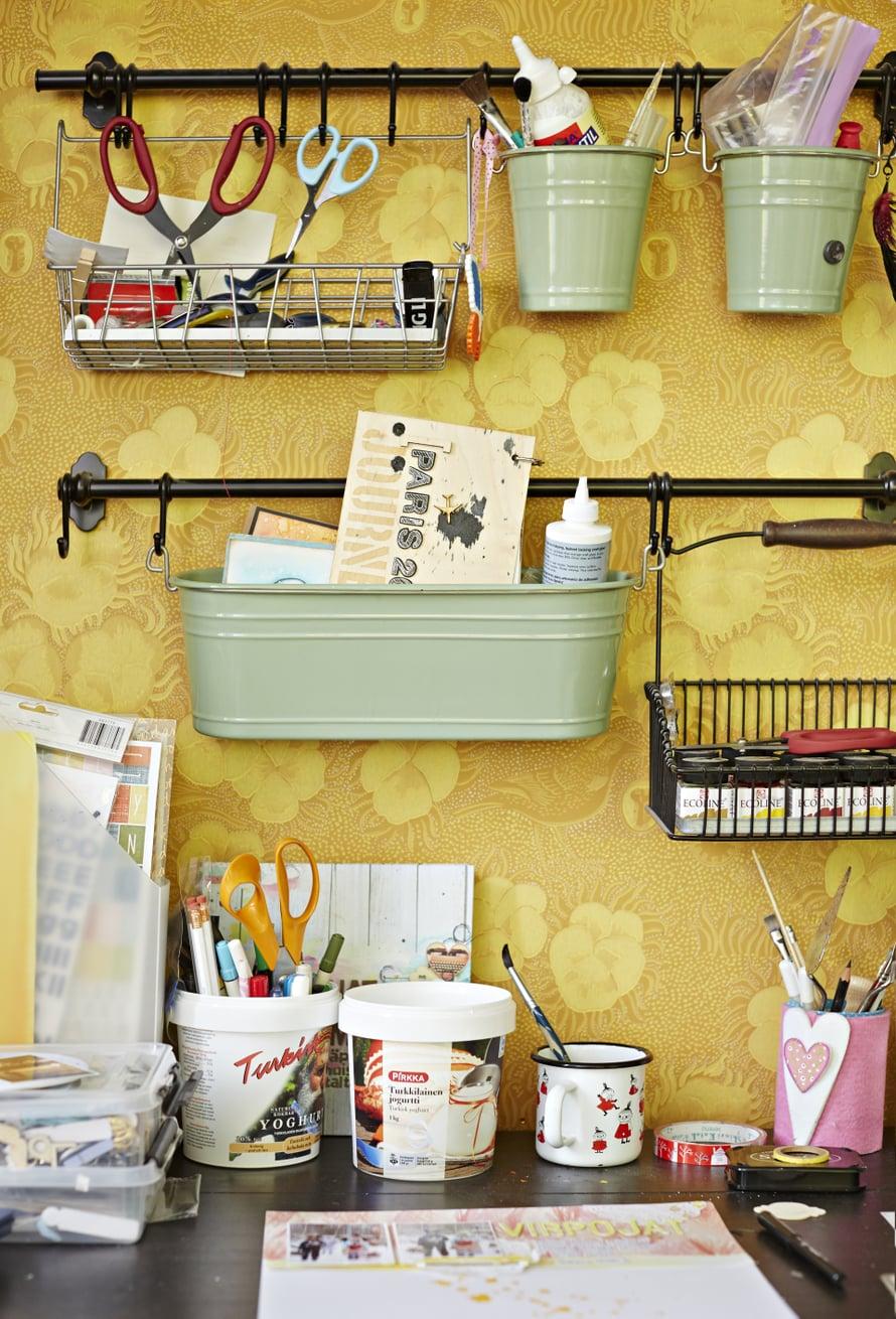 Askartelijan perustyökalut ovat liima, sakset ja paperileikkuri.
