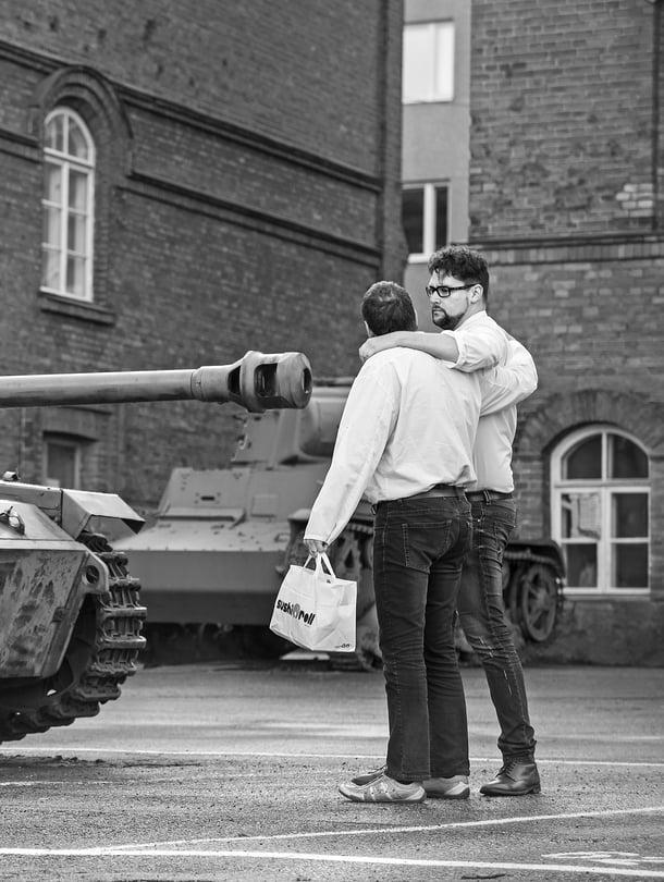 Erkko ja Timo Vuorensolaa yhdistää muun muassa pasifismi. Erkko-isä kävi armeijan vain todetakseen, ettei siinä ollut järkeä. Timo suoritti siviilipalveluksen ja tekee työkseen elokuvia, jotka parodioivat sotaelokuvia.