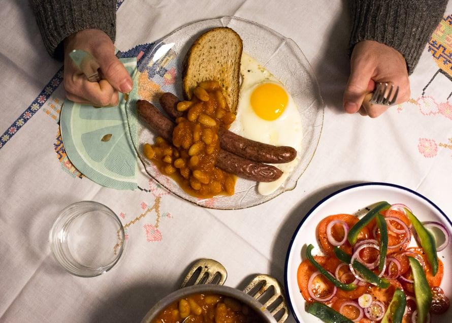 Me nautittiin pavut brittiläiseen tyyliin makkaran, paistettujen kananmunien ja leivän kanssa. Oikein kiva illallinen joka maistui kaikille ja taas hyvä muistutus siitä että arkiruoan ei tarvitse olla aina mitään tajunnanräjäyttävää.
