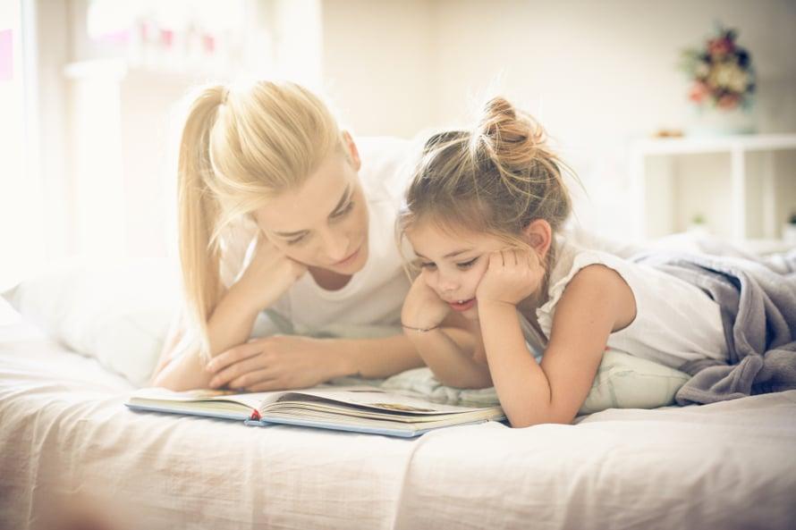 Kirjojen kertomukset vievät toisiin maailmoihin ja voivat kehittää lapsen kykyä myötäelämiseen.