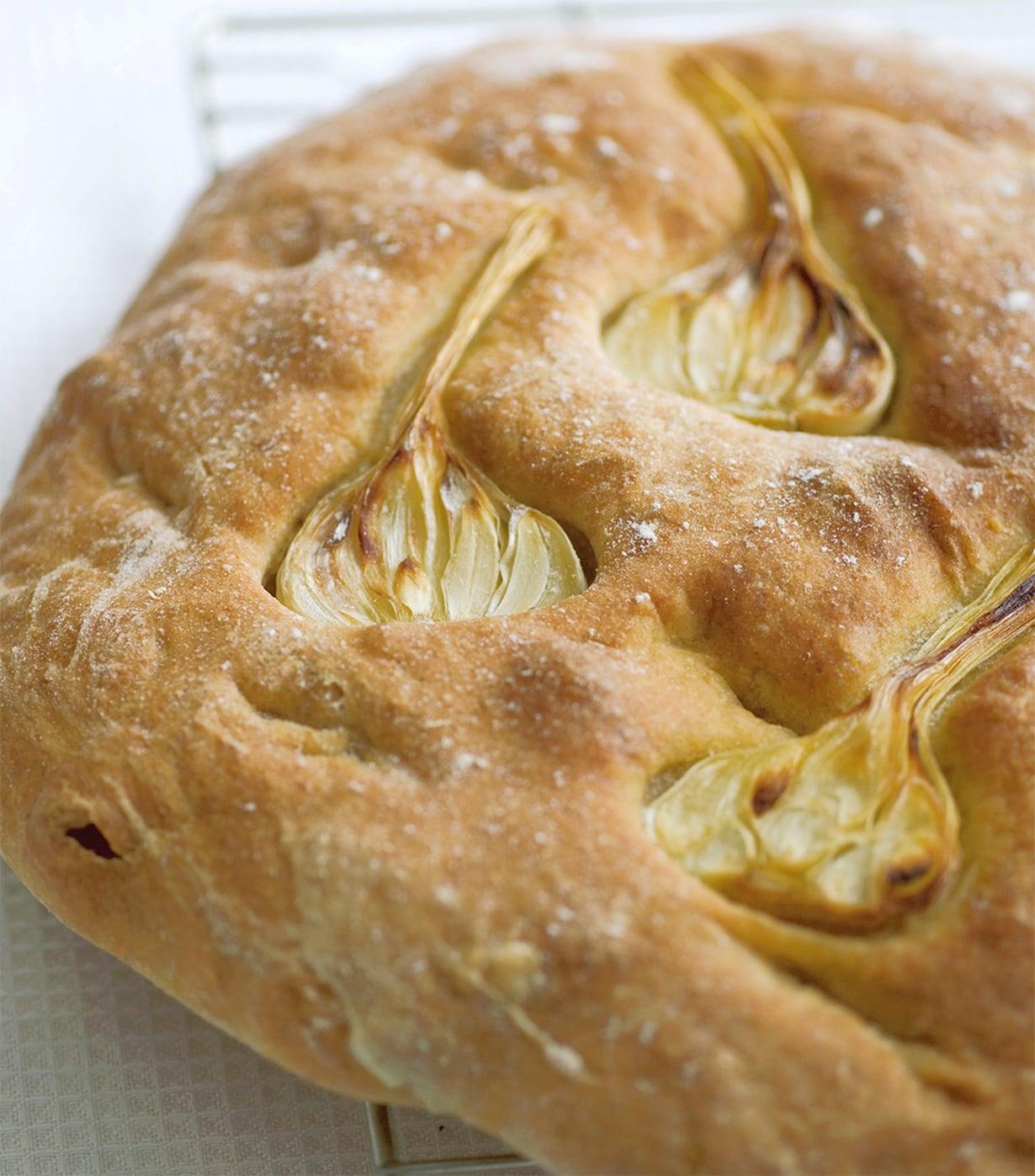 Tuoreet valkosipuliviipaleet koristavat leivän.