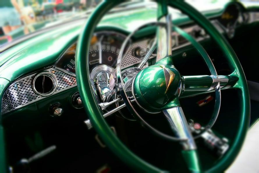 Tämä vihreä kiiltelevä komeus oli vissiin Chevrolet Bel Air.