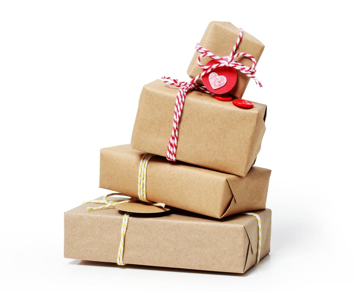 Kekseliäs paketoi lahjat vaikka leivinpaperiin tai sanomalehteen.