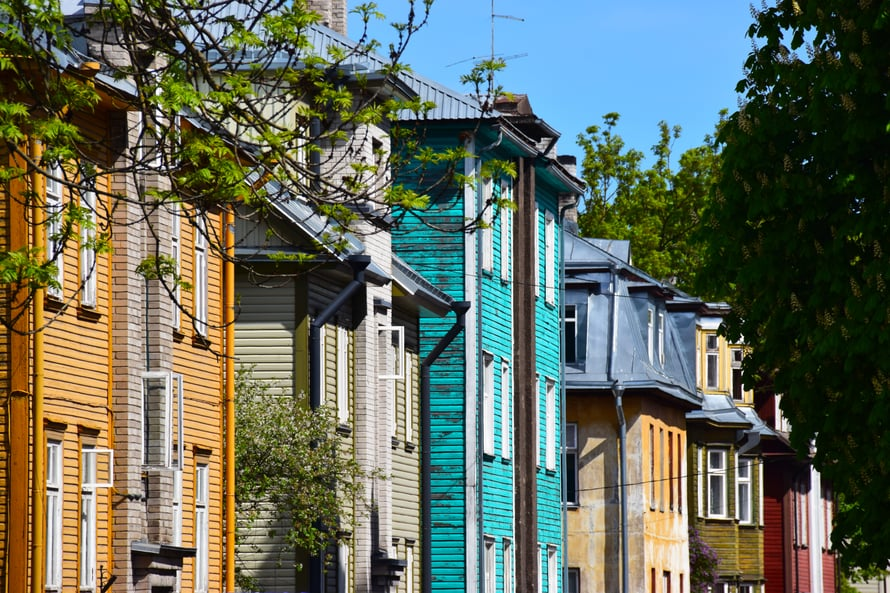 Tee kävelyretki Kalamajan kaupunginosaan katsomaan vanhoja taloja, shoppailemaan ja syömään.
