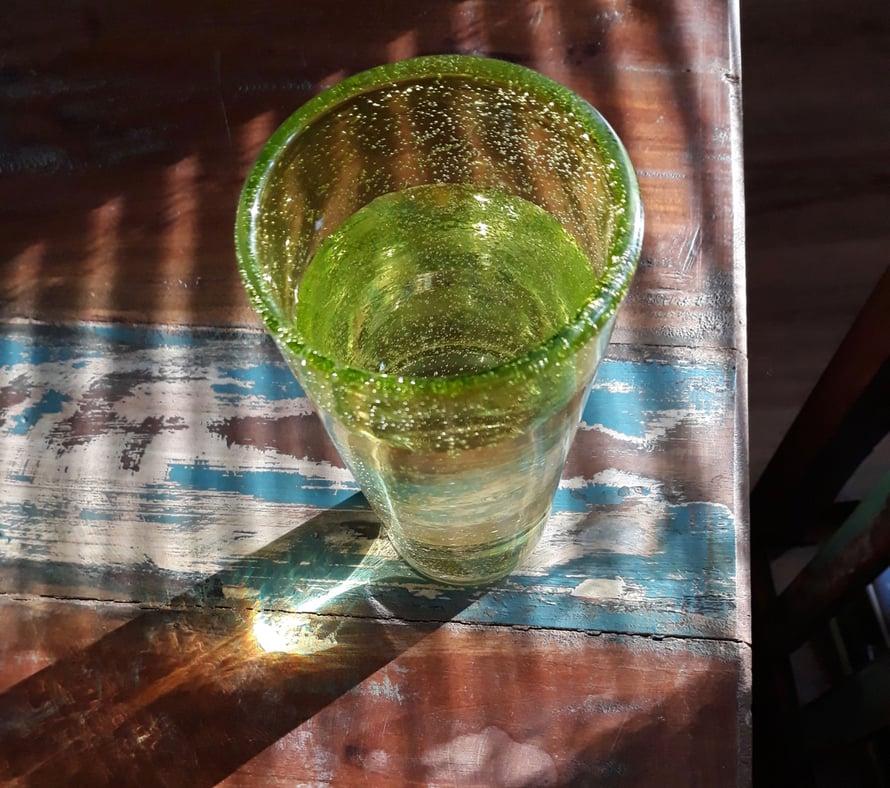 Kuppi nurin, mitta täynnä, lasi on puolityhjä ja muuta symboliikkaa.
