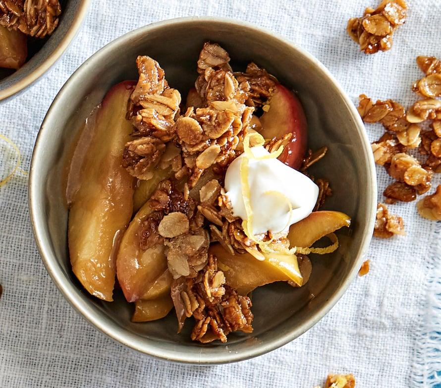 Kulho täynnä sopivasti pehmenneitä omenalohkoja ja rapeaa kauraa.