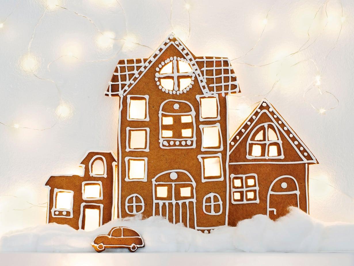 Kiinnitä valosarja seinälle tauluhyllyn yläpuolelle tai aseta valot hyllylle aivan seinän viereen. Asettele piparitalojen julkisivut hyllylle niin, että ikkunoista tuikkii valo. Viimeistele asetelma pumpulilla, parkkeeratulla autolla tai vaikka kotiin palaavalla talonväellä.