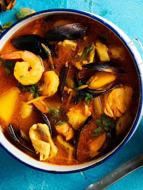 Kala-äyriäiskeiton keltainen väri tulee sahramista ja appelsiinista.