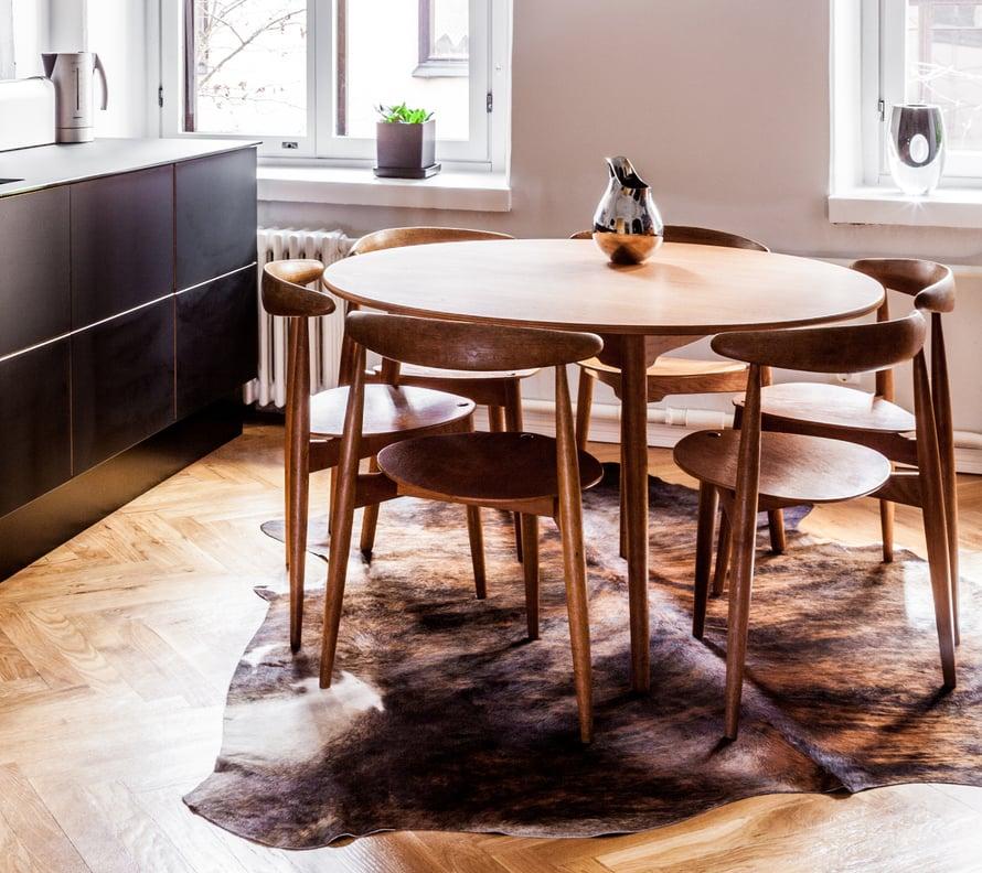 Suosituimmat pöydät ovat tiikkiä. Kuva Riitta Sourander