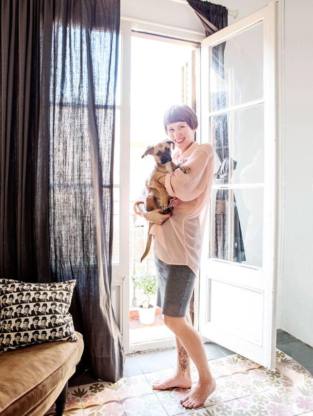 Reeta asuu 74 neliön kerrostaloasunnossa Barcelonassa poikaystävänsä Carles Salvador Maristanyn ja Flan-koiran kanssa. Flan tarkoittaa suomeksi vanukasta.