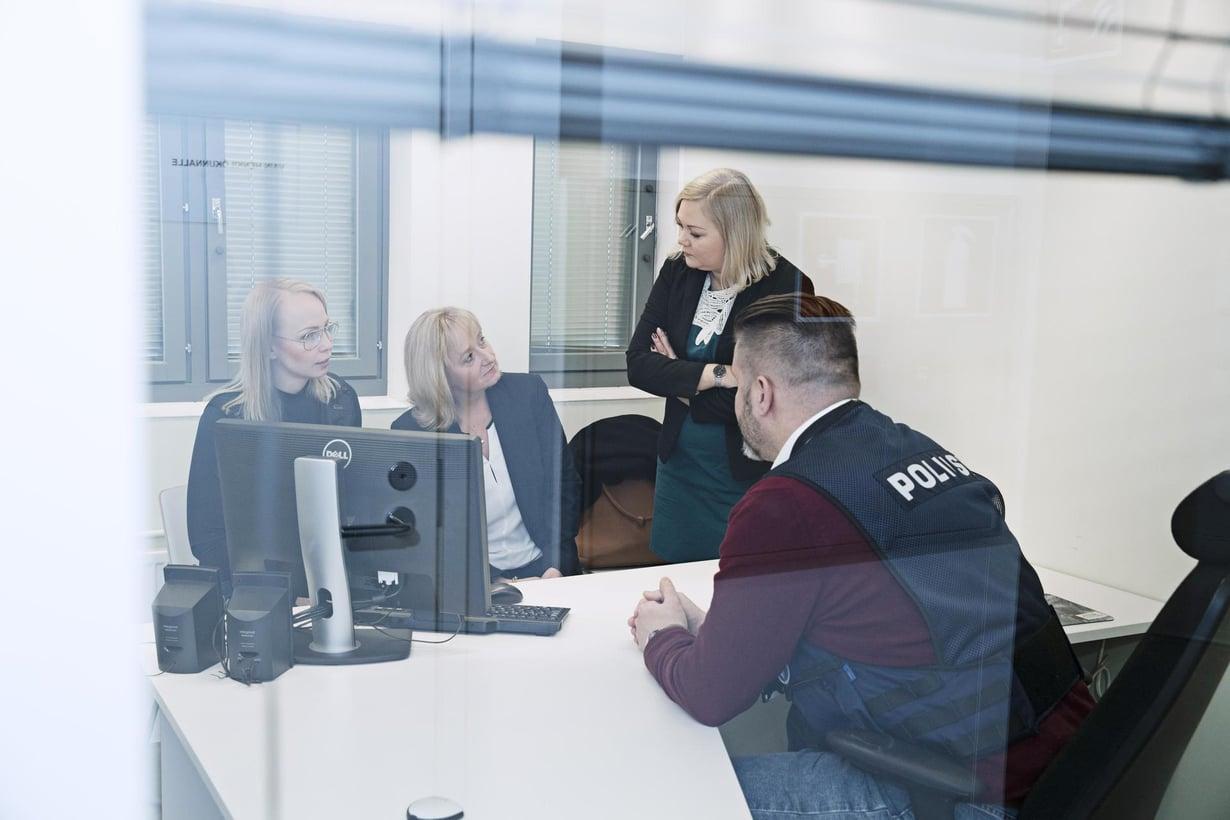 Ninan (toinen vasemmalta) tiimin vastaanottamat nettivihjeet voivat auttaa Keskusrikospoliisia jäljittämään seksuaalirikosten tekijöitä. Nyt on menossa kokous Keskusrikospoliisin Marfa Raipelan (vas.) ja Mikko Veijalaisen kanssa. Mukana myös Ninan kollega Hanna-Leena Laitinen.